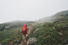 Viaggiatore con zaino e sacco a pelo che fa un'escursione concetto di viaggio di viaggio con gli amici fotografia stock libera da diritti