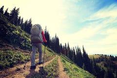 Viaggiatore con zaino e sacco a pelo che fa un'escursione sulla bella traccia del picco di montagna Fotografia Stock