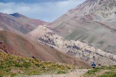 Viaggiatore con zaino e sacco a pelo che ritorna dal campo base di Aconcagua Immagine Stock