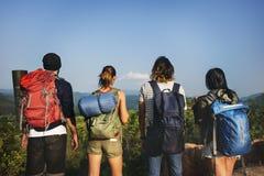 Viaggiatore con zaino e sacco a pelo che si accampa facendo un'escursione concetto di viaggio di viaggio di viaggio Fotografie Stock