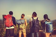 Viaggiatore con zaino e sacco a pelo che si accampa facendo un'escursione concetto di viaggio di viaggio di viaggio Fotografia Stock