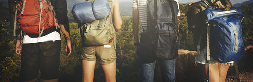 Viaggiatore con zaino e sacco a pelo che si accampa facendo un'escursione concetto di viaggio di viaggio di viaggio Fotografia Stock Libera da Diritti
