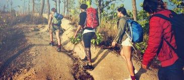Viaggiatore con zaino e sacco a pelo che si accampa facendo un'escursione concetto di viaggio di viaggio di viaggio Immagine Stock