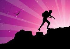 Viaggiatore con zaino e sacco a pelo che si arrampica in cima alla montagna Fotografia Stock Libera da Diritti