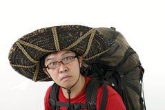 Viaggiatore con zaino e sacco a pelo confuso Immagini Stock Libere da Diritti