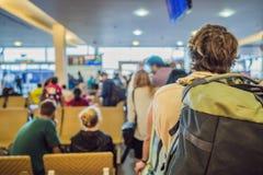 Viaggiatore con zaino e sacco a pelo dell'uomo del viaggiatore che prepara atterrare sull'aereo concetto di corsa fotografia stock