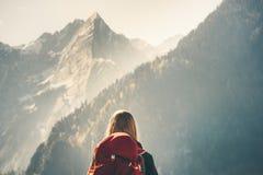 Viaggiatore con zaino e sacco a pelo della donna che gode del Mountain View roccioso immagine stock libera da diritti