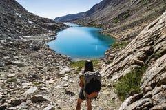 Viaggiatore con zaino e sacco a pelo della montagna della donna Fotografia Stock Libera da Diritti