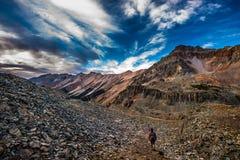 Viaggiatore con zaino e sacco a pelo della ragazza su Crystal Lake Trail sopra Ophir Pass Sum Immagini Stock Libere da Diritti