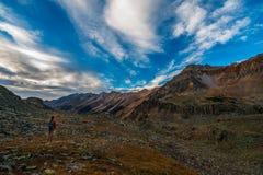 Viaggiatore con zaino e sacco a pelo della ragazza su Crystal Lake Trail sopra Ophir Pass Sum Fotografia Stock