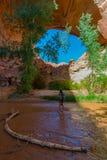 Viaggiatore con zaino e sacco a pelo della viandante della donna vicino a Jacob Hamblin Arch Coyote Gulch fotografia stock