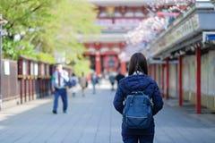 Viaggiatore con zaino e sacco a pelo di viaggio della giovane donna, condizione asiatica del viaggiatore a Sensoji o tempio di As fotografie stock