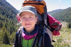 Viaggiatore con zaino e sacco a pelo felice della giovane donna Fotografie Stock Libere da Diritti