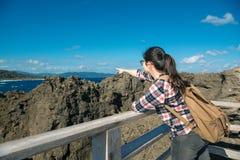 Viaggiatore con zaino e sacco a pelo femminile che esamina paesaggio naturale Immagine Stock Libera da Diritti