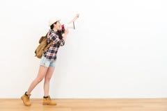 Viaggiatore con zaino e sacco a pelo femminile elegante che sta sul pavimento di legno Fotografia Stock Libera da Diritti