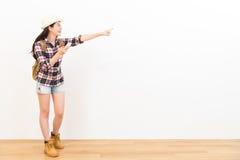 Viaggiatore con zaino e sacco a pelo femminile sorridente che sta sul pavimento di legno Fotografia Stock Libera da Diritti
