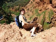 Viaggiatore con zaino e sacco a pelo grazioso in cima alla montagna Fotografia Stock