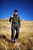 Viaggiatore con zaino e sacco a pelo in montagne di estate Fotografie Stock
