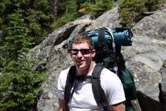 Viaggiatore con zaino e sacco a pelo - Montana Immagine Stock Libera da Diritti
