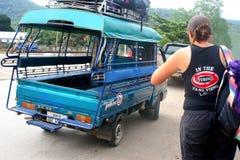 Viaggiatore con zaino e sacco a pelo nel Laos Fotografia Stock Libera da Diritti