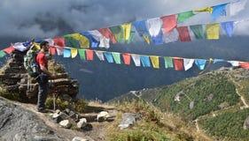 Viaggiatore con zaino e sacco a pelo nel Nepal Fotografia Stock