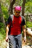 Viaggiatore con zaino e sacco a pelo nella foresta Immagini Stock Libere da Diritti