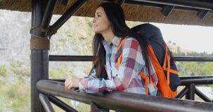 Viaggiatore con zaino e sacco a pelo sorridente su un'allerta della montagna Fotografia Stock