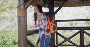 Viaggiatore con zaino e sacco a pelo sorridente su un'allerta della montagna Fotografia Stock Libera da Diritti