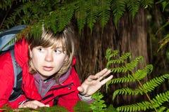 Viaggiatore con zaino e sacco a pelo spaventato della donna perso in foresta scura Fotografie Stock