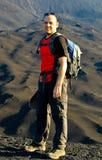 Viaggiatore con zaino e sacco a pelo sul vulcano Pacaya Fotografia Stock Libera da Diritti