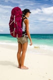 Viaggiatore con zaino e sacco a pelo sulla spiaggia Immagini Stock