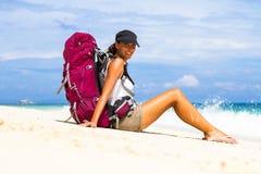 Viaggiatore con zaino e sacco a pelo sulla spiaggia Fotografia Stock Libera da Diritti