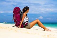 Viaggiatore con zaino e sacco a pelo sulla spiaggia Immagine Stock