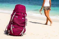 Viaggiatore con zaino e sacco a pelo sulla spiaggia Immagini Stock Libere da Diritti
