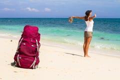Viaggiatore con zaino e sacco a pelo sulla spiaggia Fotografia Stock