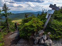 Viaggiatore con zaino e sacco a pelo sulla traccia appalachiana in Maine Mountains, gamma di Mahoosuc fotografia stock libera da diritti