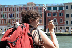 Viaggiatore con zaino e sacco a pelo a Venezia Fotografia Stock Libera da Diritti