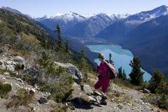 Viaggiatore con zaino e sacco a pelo vicino al lago Cheakamus Immagine Stock Libera da Diritti