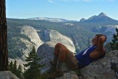 Viaggiatore con zaino e sacco a pelo - Yosemite Immagini Stock Libere da Diritti