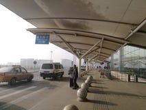 Viaggiatore in corso per il taxi nell'aeroporto di Chang-Chun Longjia Immagine Stock