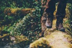 Viaggiatore dell'uomo che attraversa fiume sul legno all'aperto Fotografia Stock Libera da Diritti