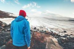 Viaggiatore dell'uomo che gode della montagna di Elbrus Immagini Stock Libere da Diritti