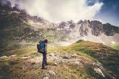 Viaggiatore dell'uomo con grande alpinismo dello zaino Immagine Stock Libera da Diritti
