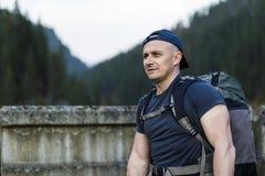 Viaggiatore dell'uomo con il conce di stile di vita di viaggio di alpinismo dello zaino Immagini Stock Libere da Diritti