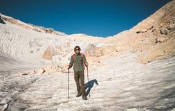 Viaggiatore dell'uomo con il ghiacciaio di alpinismo dello zaino Immagini Stock