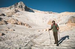 Viaggiatore dell'uomo con il ghiacciaio di alpinismo dello zaino Immagine Stock Libera da Diritti