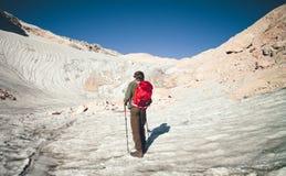 Viaggiatore dell'uomo con il ghiacciaio di alpinismo dello zaino Fotografia Stock Libera da Diritti