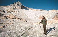 Viaggiatore dell'uomo con il ghiacciaio di alpinismo dello zaino Fotografia Stock