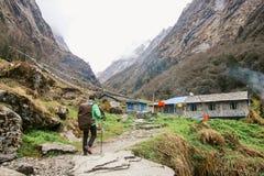 Viaggiatore dell'uomo con il lago di concetto di stile di vita di viaggio di alpinismo dello zaino e montagne su fondo Fotografie Stock Libere da Diritti
