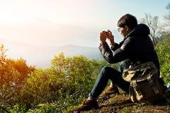 Viaggiatore dell'uomo con la macchina fotografica dello Smart Phone fotografia stock libera da diritti